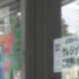 セブンイレブンでクレジットカードが使えるようになったとき、入り口ドア近くの窓にご案内用のシールが貼ってあったときの写真